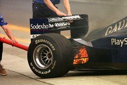 Prost mekanikerleri ısınma turlarında çıkan küçük yangını söndürüyor