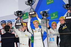 Podium: Ganador en LMP1 privada #4 ByKolles Racing CLM P1/01: Simon Trummer, Oliver Webb, Pierre Kaffer