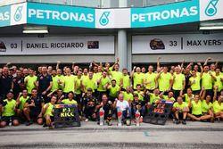 الفائز بالسباق دانيال ريكاردو، ريد بُل يحتفل بفوزه بالسباق مع زميله بالفريق ماكس فيرشتابن، ريد بُل و