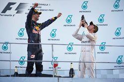 المنصة: الفائز بالسباق دانيال ريكاردو، ريد بُل، المركز الثالث نيكو روزبرغ، مرسيدس