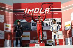 Podio Rookie Gara 3: il secondo classificato Leonard Hoogenboom, il vincitore Artem Petrov, DR Formula, Cram Motorsport, il terzo classificato Simone Cunati, Vincenzo Sospiri Racing
