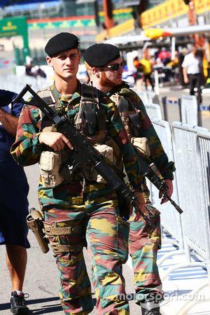 Las fuerzas armadas patrullan el pit lane