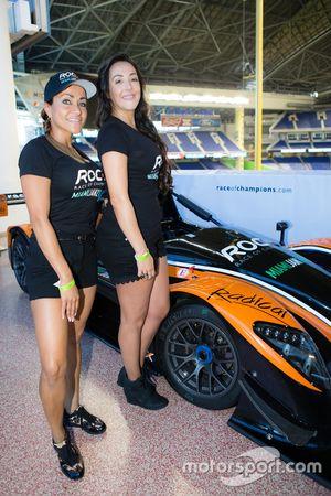 Encantadoras chicas de Race of Champions con el coche Radical que participarán en la carrera de campeones de 2017 en Miami en el Marlins Park