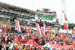 El podio: Lewis Hamilton, de Mercedes AMG F1, segundo; Nico Rosberg, Mercedes AMG F1, ganador de la