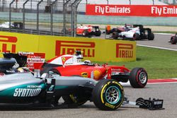Kimi Raikkonen, Ferrari SF16-H et Lewis Hamilton, Mercedes AMG F1 W07 avec des ailerons avant cassés