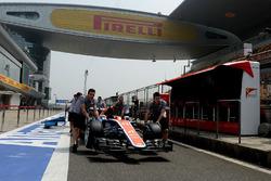 La Manor Racing MRT05 de Rio Haryanto dans la ligne des stands