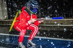Dominik Kraihamer speelt in de sneeuw in de pitlane