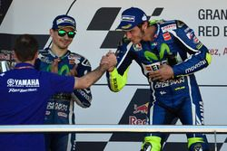 Podium: ganador, Valentino Rossi, Yamaha Factory Racing, segundo, Jorge Lorenzo, Yamaha Factory Raci