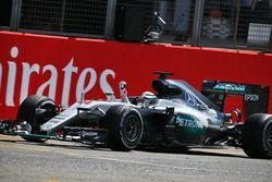 Ganador de la carrera Lewis Hamilton, híbrido de Mercedes AMG F1 W07 celebra el final de la carrera