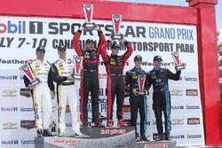 Podium: winnaars #31 Action Express Racing Corvette DP: Eric Curran, Dane Cameron, tweede plaats #5
