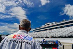 Un oficial de NASCAR