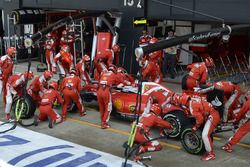 Sebastian Vettel, Ferrari SF16-H dans les stands