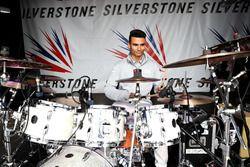 Pascal Wehrlein, Manor Racing tocar la batería en el escenario de Silverstone
