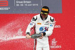 Podium: Sieger Alexander Albon, ART Grand Prix bei der Champagnedusche