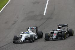 Felipe Massa, Williams FW38 y Fernando Alonso, McLaren MP4-31 batalla por la posición