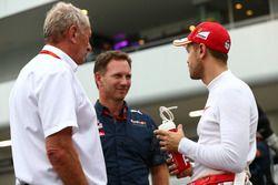 Dr Helmut Marko, consultant Red Bull Motorsport avec Christian Horner, Team Principal Red Bull Racing et Sebastian Vettel, Ferrari