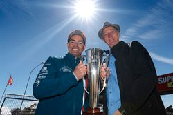 Craig Lowndes, Triple Eight Race Engineering Holden con el trofeo de Peter Brock