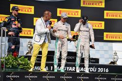 El podio: Daniel Ricciardo, Red Bull Racing; Kai Ebel, presentador de televisión de RTL; Nico Rosber