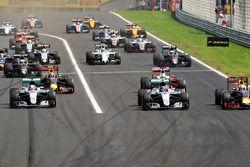 Départ : Lewis Hamilton, Mercedes AMG F1 W07 Hybrid devant Daniel Ricciardo, Red Bull Racing RB12