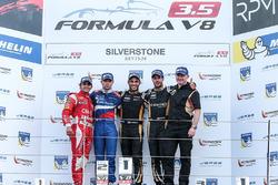 Победитель гонки Рой Ниссани, Lotus вместе с призерами Матье Ваксивьером, SMP Racing и Рене Биндером