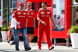 Kimi Raikkonen, Ferrari; Sebastian Vettel, Ferrari; Diego Ioverno, Ferrari-Betriebsdirektor