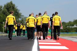 Esteban Ocon, Renault Sport F1 Team Piloto de reserva y Kevin Magnussen, Renault Sport F1 Team camin