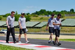 Rio Haryanto, Manor Racing camina por el circuito con el equipo