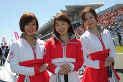 Девушки на стартовой решетке трассы Фудзи