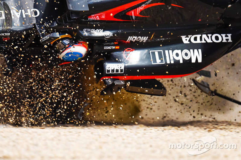 Fernando Alonso, McLaren MP4-31 en un fuerte accidente