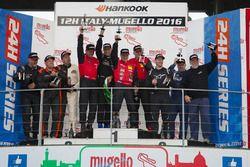 Podio A3: ganador #101 Hofor-Kuepper Racing BMW E46 M3 Coupe: Martin Kroll, Bernd Küpper, Meisam Tah