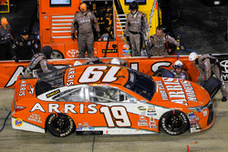 Carl Edwards, Joe Gibbs Racing Toyota, pit action