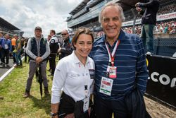 Motorsport.com's technical illustrator Giorgio Piola bersama Vanina Ickx