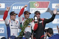 Podium Yokohama: segundo, Tom Chilton, Sébastien Loeb Racing, Citroën C-Elysée WTCC; ganador, Mehdi