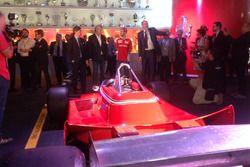 Maurizio Arrivabene, Team Principal Scuderia Ferrari, Sebasitan Vettel, e la Ferrari 126 CK