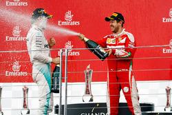 Le vainqueur Nico Rosberg, Mercedes AMG F1 fête sa victoire sur le podium avec le deuxième, Sebastian Vettel, Ferrari