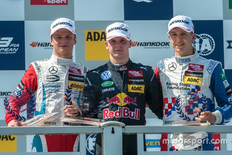 Rookie-Podium: Ralf Aron, Prema Powerteam, Dallara F312 - Mercedes-Benz; Niko Kari, Motopark, Dallara F312 - Volkswagen; Ben Barnicoat, HitechGP, Dallara F312 - Mercedes-Benz