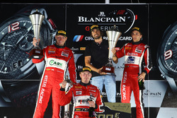 Pro Am podium: ganadores #11 Kessel Racing Ferrari 488 GT3: Michal Broniszewski, Alessandro Bonacini, Andrea Rizzoli, con Ronnie Kessel