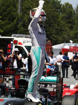Lewis Hamilton, Mercedes AMG F1 W07 Hybrid, fête sa pole position dans le parc fermé