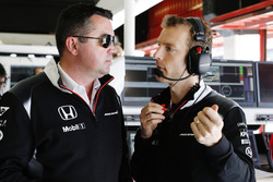 Eric Boullier, directeur de la compétiton McLaren Racing Director, discute avec Mark Temple