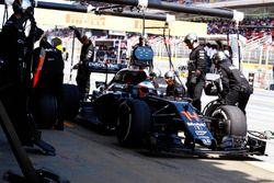 Fernando Alonso, McLaren MP4-31 hace una parada en boxes