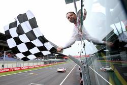 Le drapeau à damier est brandi lors de la course des légendes de BMW M1 Procar