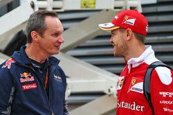 Sebastian Vettel, Ferrari con Paul Monaghan, Red Bull Racing Ingeniero