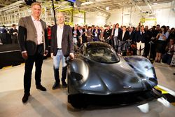 Marek Reichman, vice-président exécutif Aston Martin Lagonda Ltd et Adrian Newey, directeur technique Red Bull Racing à côté de l'AM-RB 001 lors de la présentation du Project AMRB 001 par Aston Martin et Red Bull
