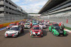 Photo de groupe avec les pilotes et voitures de TCR Russie et TCR International