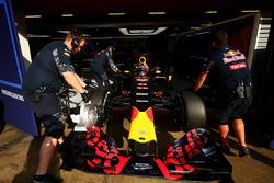 Max Verstappen, Red Bull Racing est poussé dans les stands