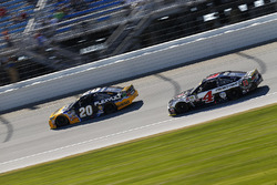 Matt Kenseth, Joe Gibbs Racing Toyota, Kevin Harvick, Stewart-Haas Racing Chevrolet