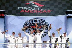 GTLM-Podium: Sieger #912 Porsche Team North America, Porsche 911 RSR: Earl Bamber, Frédéric Makowiec