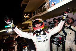 De racewinnaars met de #1 Porsche Team Porsche 919 Hybrid: Timo Bernhard, Mark Webber, Brendon Hartl