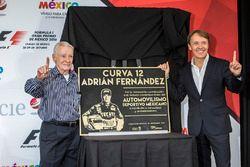 Adrián Fernández y su padre Adrían con su placa conmemorativa Curva 12 que llevara su nombre en el AUtódromo Hermanos Rodrígiuez