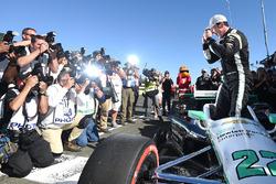 Simon Pagenaud, Team Penske Chevrolet ünnepel a pole pozíció megszerzése után